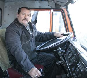 Водитель КАМАЗа УМ-58 Мозыря М.И.Бондарчук