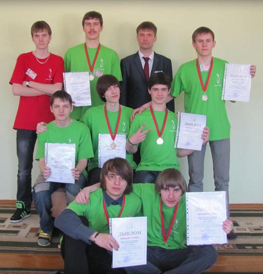 Алексей Борунов со своими воспитанниками (юные программисты Мозыря)