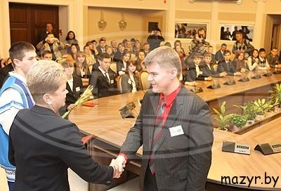 председатель Гомельского областного Совета депутатов Марина Бондарь вручает премию Владимиру Гриневичу.