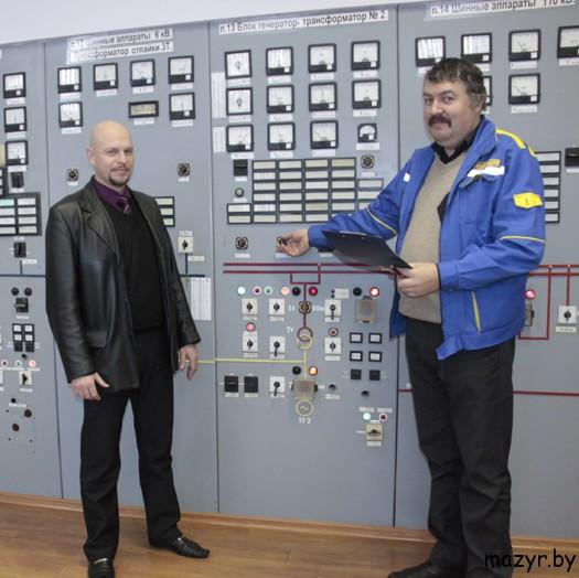 Зам.гл.инженера С.Н.Быльчинский и начальник смены электростанции Ю.В.Рейн.