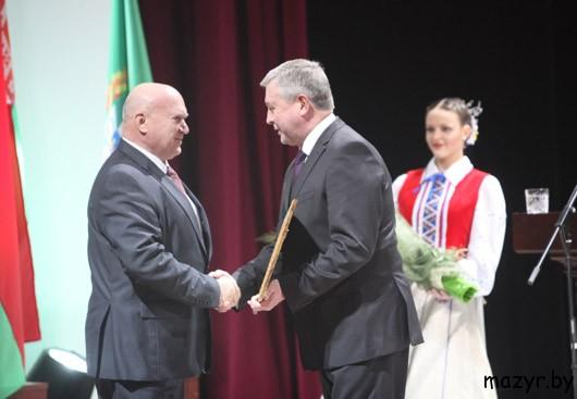 Почетную грамоту А.А.Куприянову вручает Первый заместитель Премьер-министра Владимир Семашко.