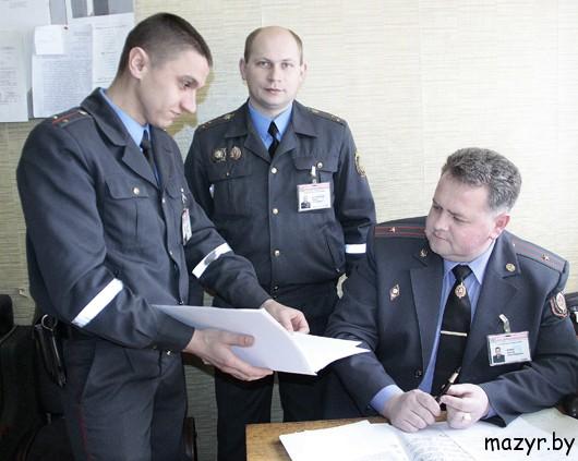 Сотрудники отделения розыскной работы Мозырского РОВД изучают ориентировки по разыскиваемым преступникам.