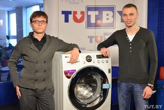 Илья Карпович (справа) принимает заслуженный приз от представителя компании LG Electronics.