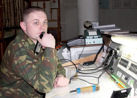 Оперативный дежурный командного пункта старший лейтенант Андрей Катлинский.