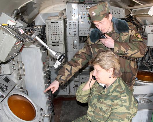 старший лейтенант Виталий Пикун и старший оператор ефрейтор Тамара Примаченко