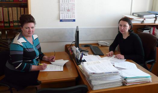Начальник отдела труда и заработной платы Л.М.Козлова и начальник отдела кадров Г.К.Сутько.
