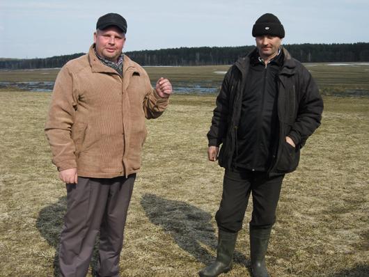 Главный агроном Дмитрий Коновалов и механизатор Михаил Ромбак.