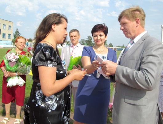 Зам. председателя Мозырского райисполкома С.В.Дылюк вручает Н.А.Хамлюк орден Матери.