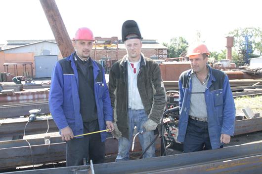 Монтажник С.В.Позняк, электросварщик С.Ф.Короткий и бригадир Ю.Н.Пикун осуществляют сборку металлоконструкции.