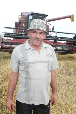 Водитель УПК Григорий Николаевич Пискун во время каждого отпуска с 1987 г. становится комбайнером.