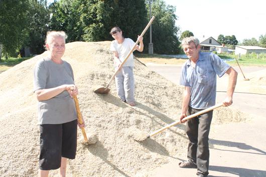Работники Г.В.Мочалова, Е.С.Пискун и С.Б.Глушец занимаются чисткой зерна.