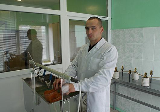 Инженер отдела испытаний Сергей Кузьменко проводит высоковольтные испытания средств электрозащиты.