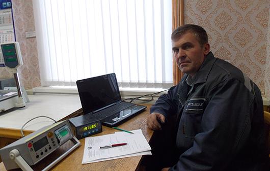 Ведущий инженер по метрологии Сергей Тимохов осуществляет поверку таксометров автомобильных.