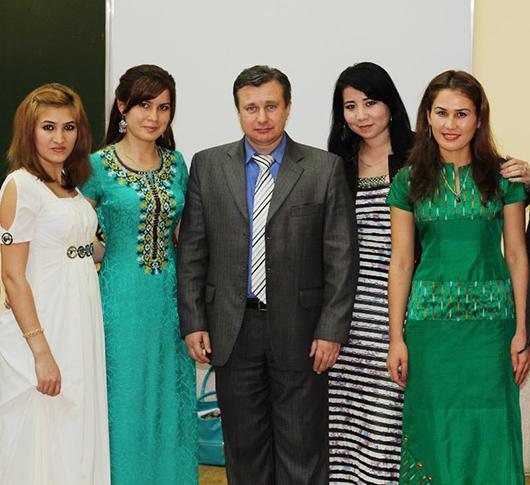Проректор МГПУ им.И.П.Шамякина Сергей Щур                                          и студентки из Туркменистана.