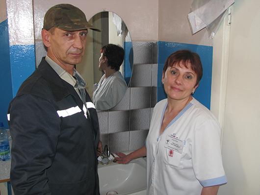 Слесарь-сантехник А.М.Ермоленко и сестра-хозяйка А.А.Мельченко.