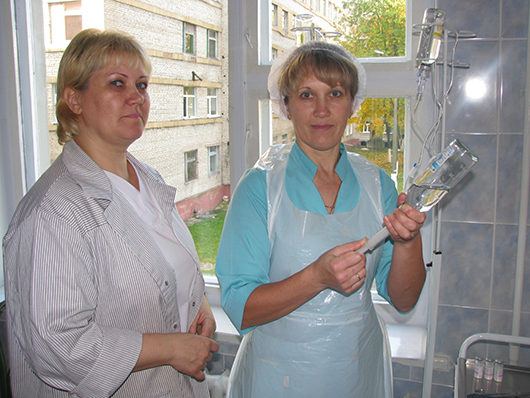 Санитарка процедурного кабинета И.П.Луцко и процедурная медсестра Е.В.Коваленко.