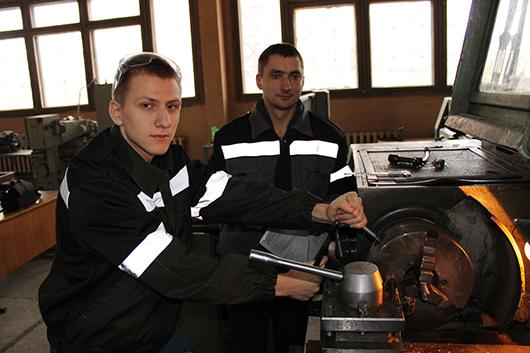 """Мастер производственного обучения по специальности """"Машиностроение"""" Г.В.Глухов и учащийся В.Кохан выполняют токарную обработку металла."""