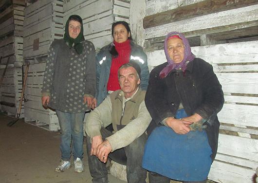 Рабочие полеводческой бригады Ю.Н.Камаев, М.С.Павленко, А.Н.Гудымова, О.Н.Дубенчук работают в овощехранилище.