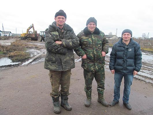 Механизаторы В.Н.Пацепня и А.Ф.Шевко, и.о. главного агронома Н.Г.Чуб.