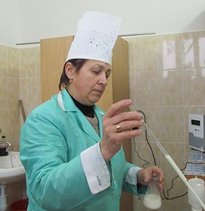 Лаборант Л.С.Баранова проверяет качество молока.