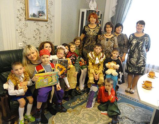 Учащиеся Мозырского медколледжа с ребятами из детского дома.