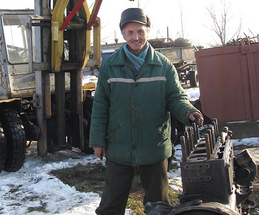 Слесарь-ремонтник Виктор Иванович Мышковец на минуту отвлекся на фото: занят уборкой территории, складирует отработанные детали судов.