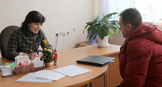 Галина Викторовна Калесник, заведующий сектором профориентации, профобучения безработных, информационной работы и молодежной политики.