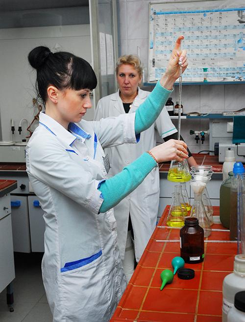 По нашей просьбе в нашем присутствии лаборант по контролю качества чистой и сточной воды цеха ВКХ взяла пробы воды в одной из многоэтажек по ул. Интернациональной, из колонки по пер. Интернациональному, а также из-под крана насоса станции 3-го подъема. По результатам исследований все пробы соответствуют СанПиН.