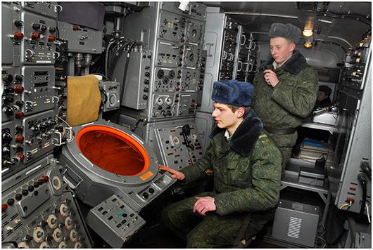Начальник расчета РЛС-5Н84  лейтенант В.В.Мисуро и оператор рядовой А.Н.Ворочай  возле индикатора РЛС «ведут»  очередную воздушную цель.