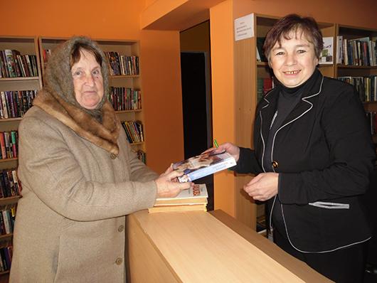 Анна Ивановна Журович с библиотекарем Галиной Михайловной Назарчук