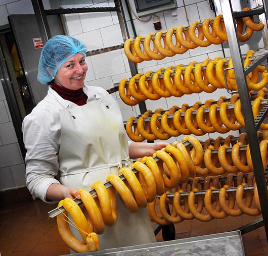 """Самый  улыбчивый формовщик машинного отделения Леся Бигоцкая: """"А вы пробовали  вареную колбасу """"Чесночная""""?"""""""
