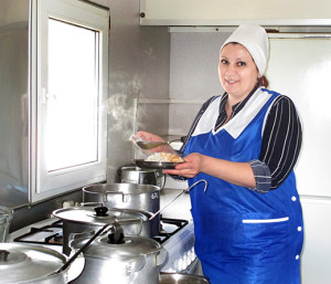Повар 5 разряда Нина Ивановна Тыченок уверена, что плодотворная работа вахты на буровой зависит и от вкусного обеда, и от хорошего настроения.