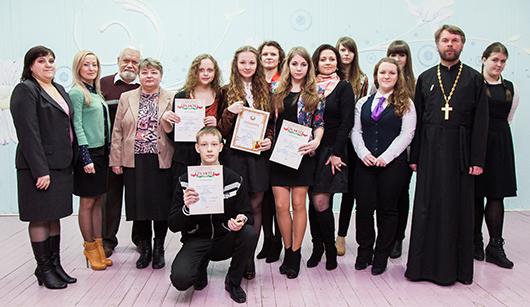 Победители конкурса в старшей возрастной группе и члены жюри.