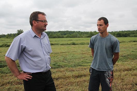 Заместитель директора по идеологической работе В.П.Бердник и молодой механизатор хозяйства Р.В.Лис рабочие вопросы обсуждают прямо в поле.