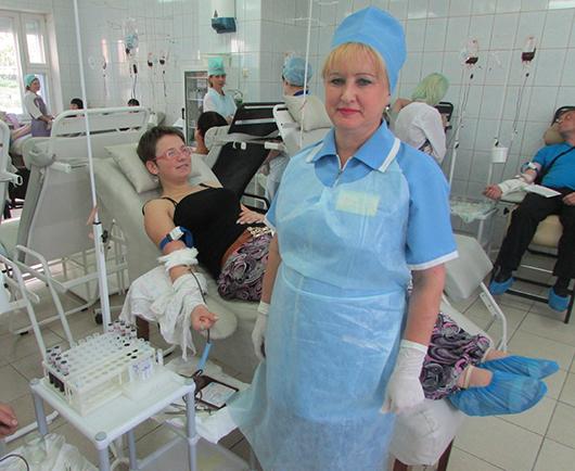 Операционная медицинская сестра А.Н.Красюк работает на станции с 1985 г. и хорошо знает, как нати подход к пациентам.