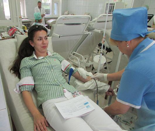 Врач-дерматовенеролог Надежда Владимировна Скобникова во время безвозмездной сдачи крови.