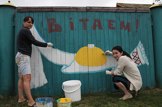 Учителя начальных классов Каменской школы Е.И.Кузьменко и В.А.Ткаченок с удовольствием принимают участие в благоустройстве деревни.