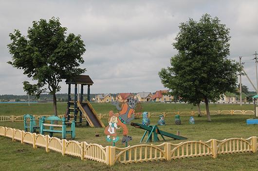 На такой детской площадке, как в Мелешковичах, с удовольствием поиграл бы каждый малыш.