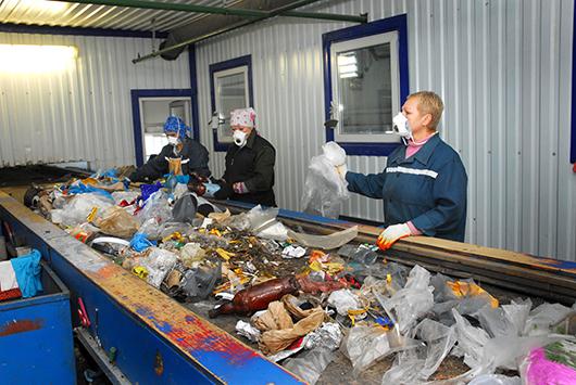 Разделение твердо-коммунальных отходов —  труд ручной.