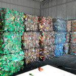 В таких тюках ПЭТ-бутылка, отсортированная  по цвету, поступит на перерабатывающее предприятие.