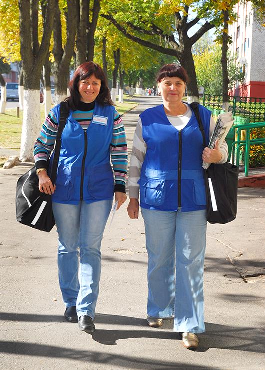 Почтальоны отделения почтовой связи № 2 мозырского РУПС Наталья Клинчук и Татьяна Воробьева.