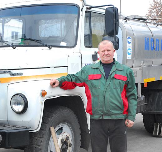 """Слесарь по ремонту автомобилей В.А.Мурашко: """"Транспортное звено не подкачает!""""  Виктор Адамович не только отличный слесарь, но и опытнейший водитель —  за баранкой автомобиля он 35 лет."""
