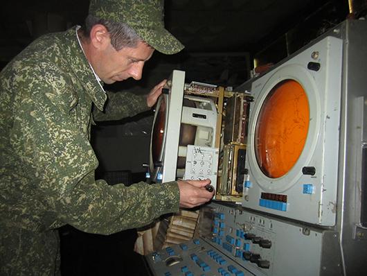 Майор Аветисян проводит техническое обслуживание