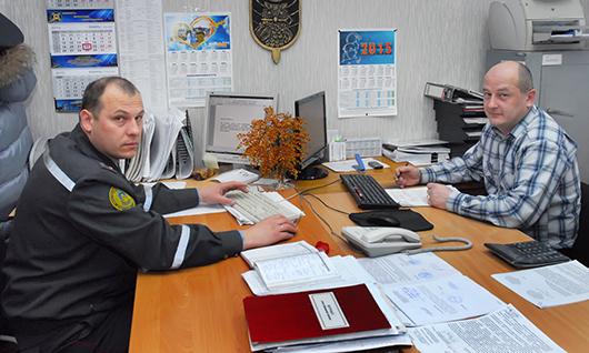 В отделении милицейской военизированной и сторожевой охраны: старший инспектор В.М.Коваленко и специалист группы договорной работы Р.А.Бородин.