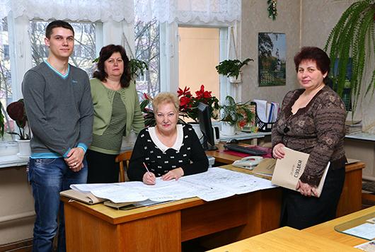 Начальник геологической службы Н.А.Сусленко (в центре) с геологами А.Ю.Кравченко, О.Б.Синкевич и В.Н.Басенчук.
