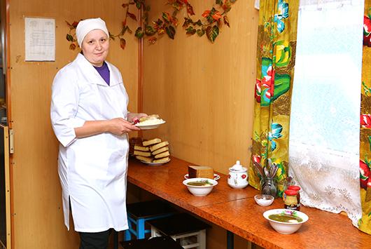Повар О.В.Михайловская уверена, что полноценный обед способствует работоспособности и хорошему настроению геологов.