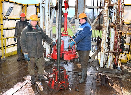 За рычагами пульта управления буровой бурильщик Г.Г.Матузко, а помбур А.С. Юницкий и машинист А.В.Кочубей осуществляют процесс наращивания насосно-компрессорных труб.