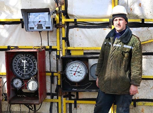 Мастер В.А.Цыкунов осуществляет контроль за режимом работы оборудования буровой.