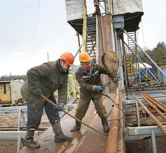 Помощники бурильщика В.Ю.Краснобород и С.С. Орехва осуществляют подготовку оборудования к спуско-подъемным операциям.
