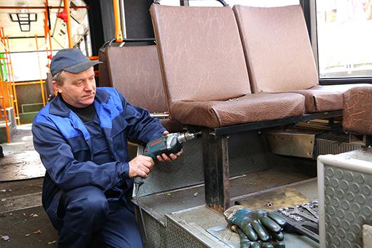 Кузовные работы в салоне автобуса выполняет жестянщик В.П.Глюза.